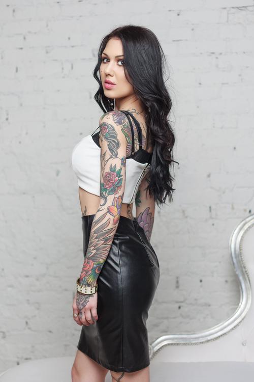 Frau aus Russland mit Tattoos im Ledermini Rock