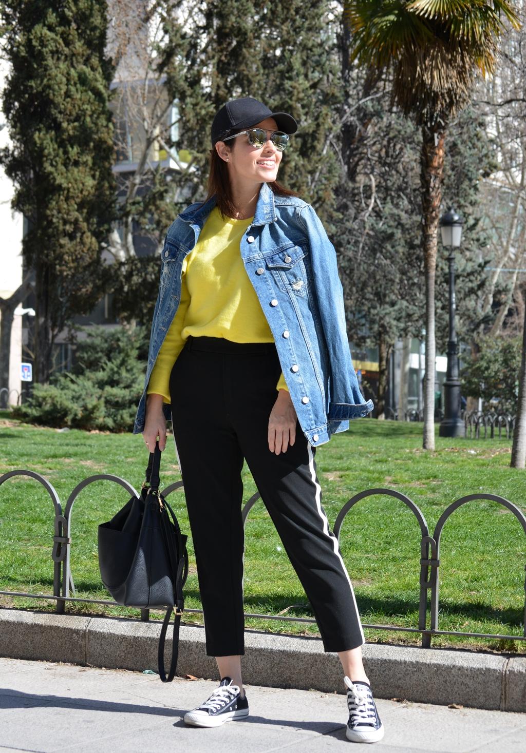outfit-sudadera-amarilla-zara-street-style
