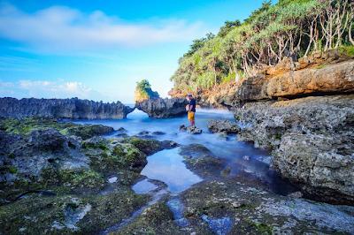 Pantai Watu Lawang pada saat air sedang surut. Foto oleh @leldhit