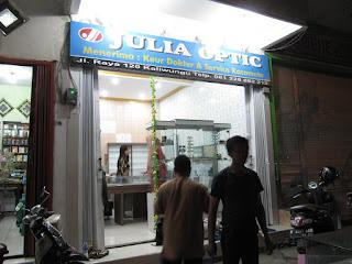 Etalase Display Untuk Toko Optik Kacamata - Semarang Furniture