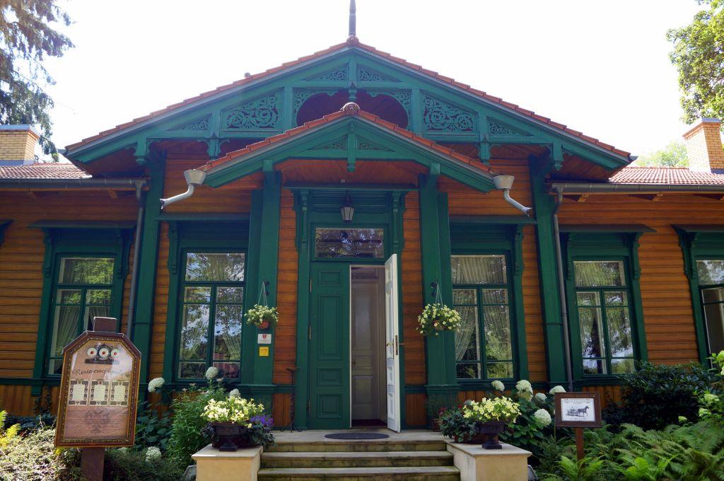 drewniany-domek-wsrod-drzew