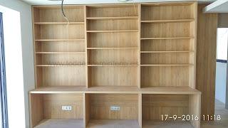 Escritorio con librería de madera.