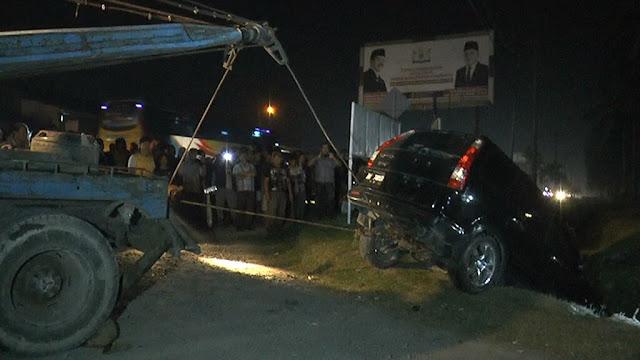Mobil yang dikendarai tersangka pengedar narkoba yang masuk ke parit di Sei Dadap Asahan ditarik mobil derek.
