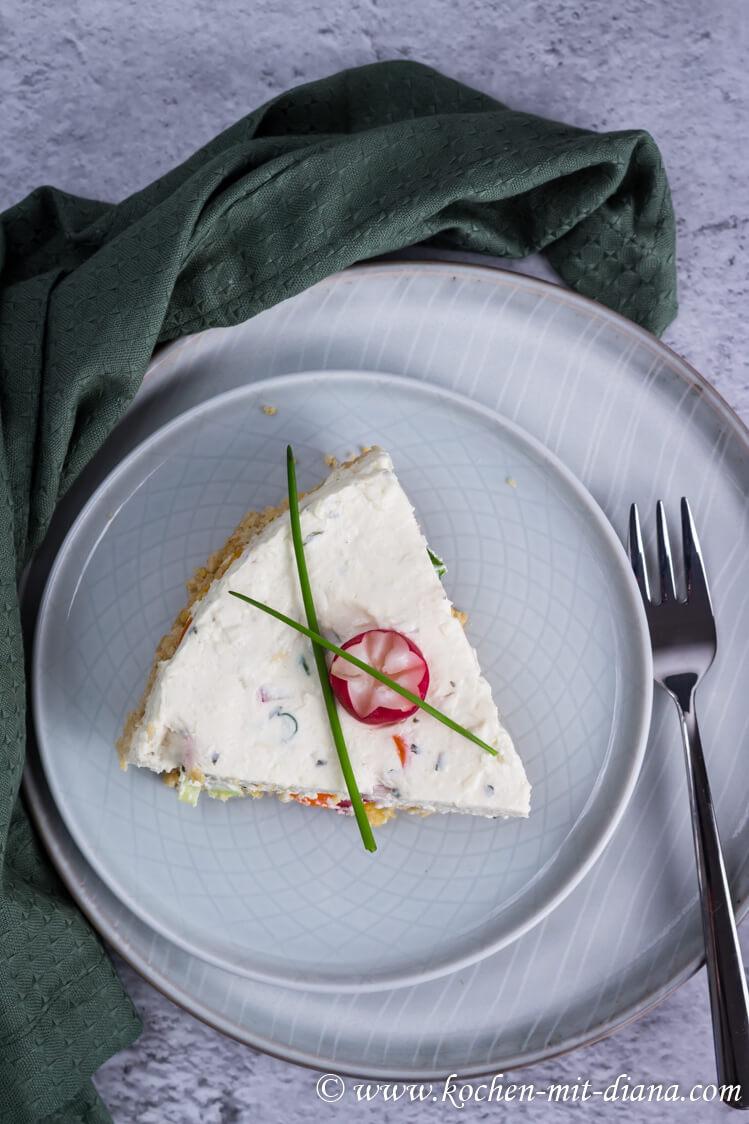 Herzhafter Cheesecake mit Radieschen und Frühlingszwiebeln