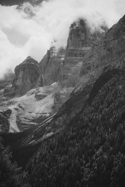 Dolomiti di Brenta. Czarno-biała fotografia krajobrazu. fot. Łukasz Cyrus