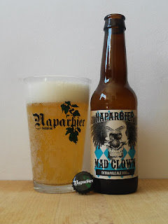 Naparbier Mad Clown Extra Pale Ale dorado y en botella