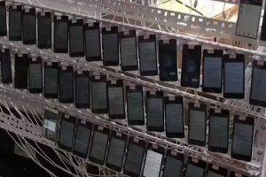 Une ferme à clics chinoise avec 10 000 téléphones utilisés pour noter les applications mobiles