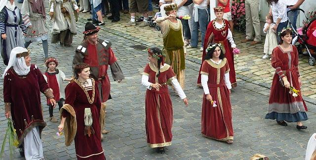 Foto vom historischen Festzug mit Edeldamen