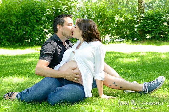 photo portraits en attendant bébé, shooting couple le bisou