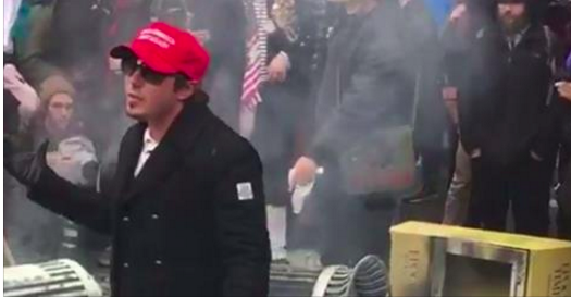 Un partisan pacifiste de Trump frappé par des manifestants