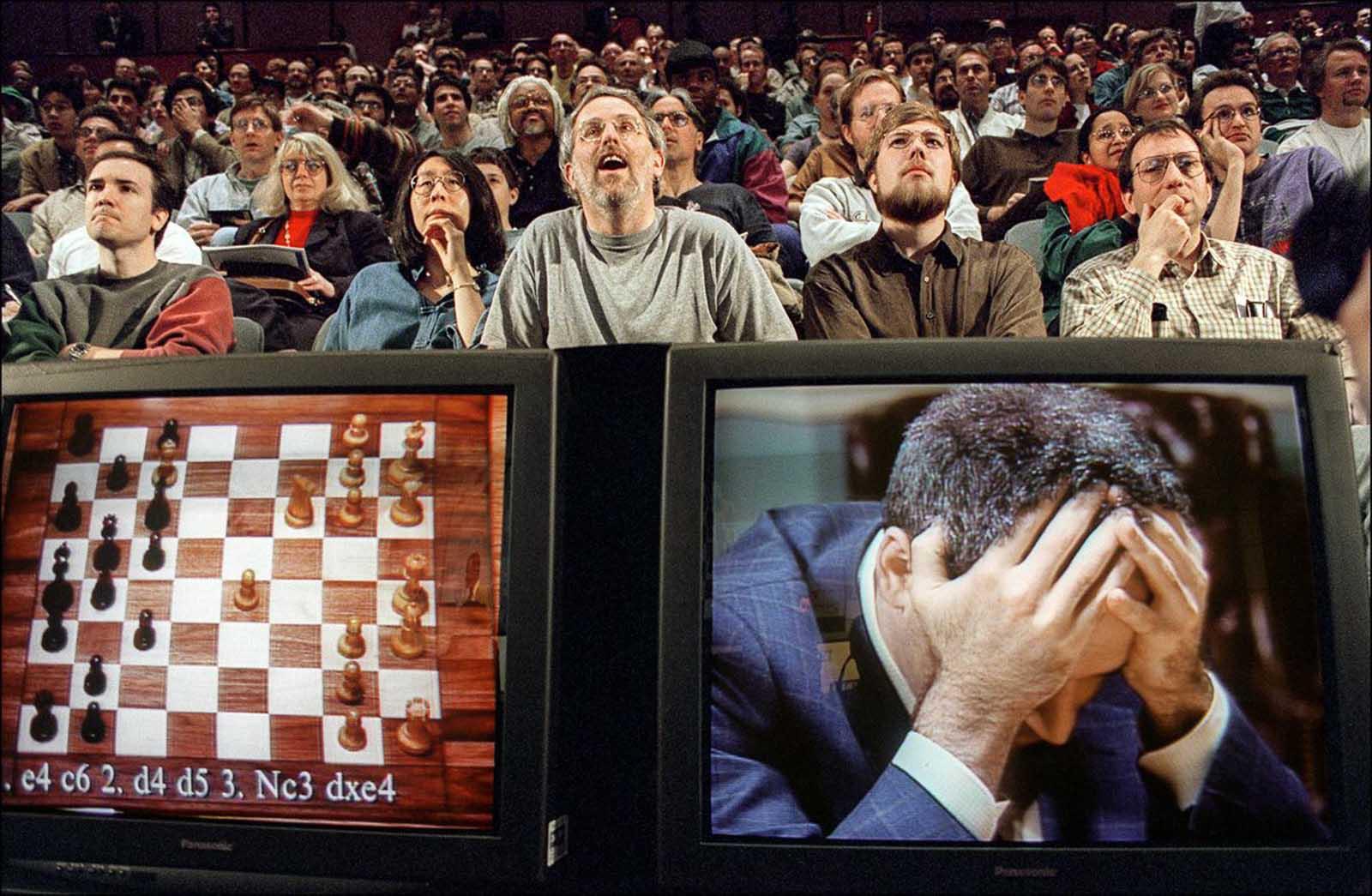 Los espectadores ven una transmisión del juego final y decisivo en la revancha entre Garry Kasparov y la computadora de IBM Deep Blue. 11 de mayo de 1997.