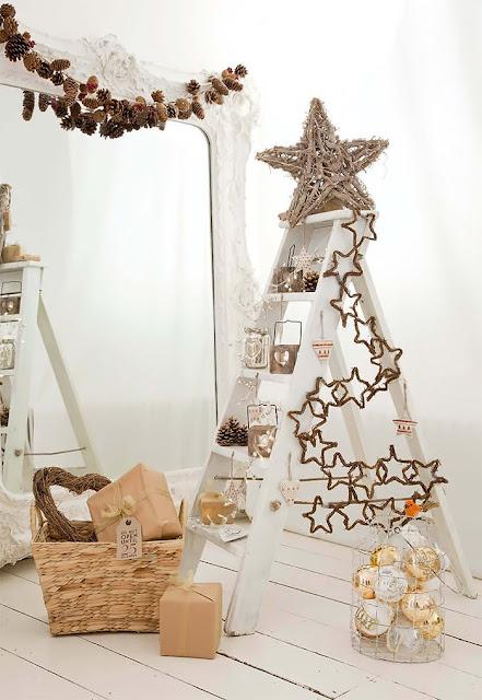 bonito Árbol de Navidad hecho con escalera en color blanco