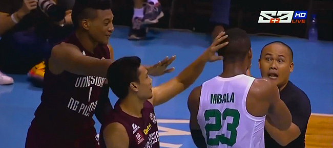 DLSU's Ben Mbala gave Andrew Harris a KISS on the back! (VIDEO)