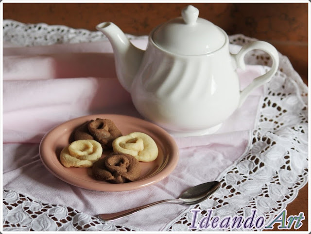 Galletas de rosas de chocolate y vainilla