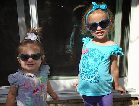 Foto keren anak kecil memakai kacamata hitam