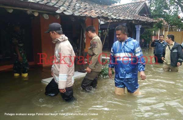 warga patrol indramayu dievakuasi saat banjir