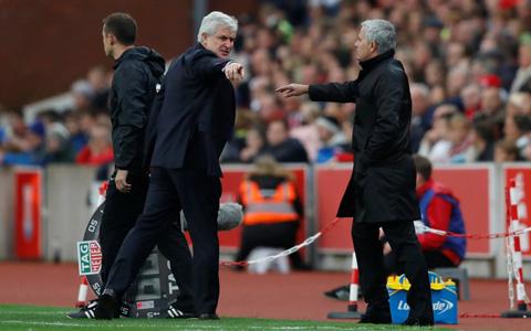 Màn xô xát giữa Mourinho và Mark Hughes trên sân