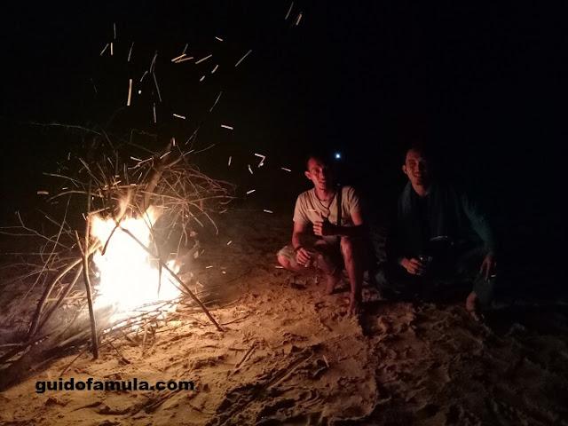 Momen berkemah pada malam hari merupakan situasi yang direkomendasikan untuk melakukan ghibah hehe