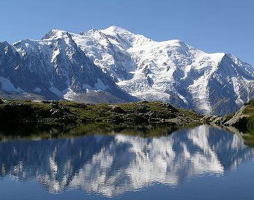 El Mont Blanc o Monte Blanco se encuentra ubicado en la frontera entre Francia e Italia, muy cerca de Suiza. Forma parte de los Alpes