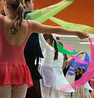 Proben mit bunten Tüchern und Kostümen der Tänzerinnen der Tanzschule XTRA DAnce
