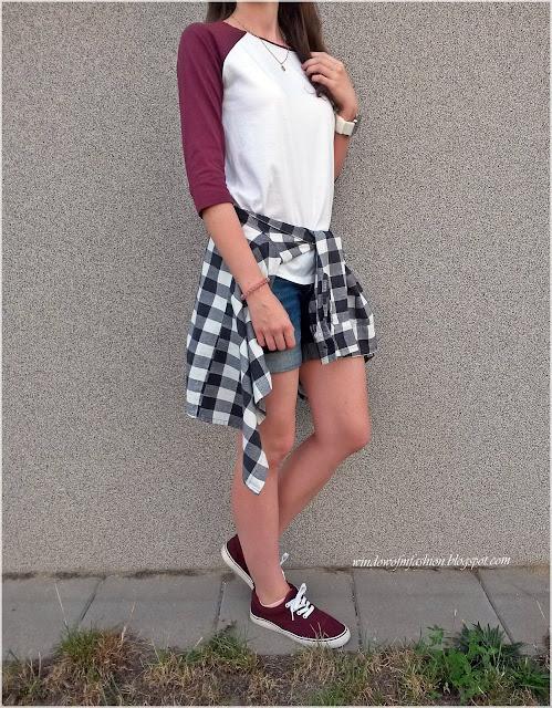 Bluzka z bordowymi rękawami, jeansowe szorty, bordowe tenisówki, koszula w kratę, ledowy zegarek