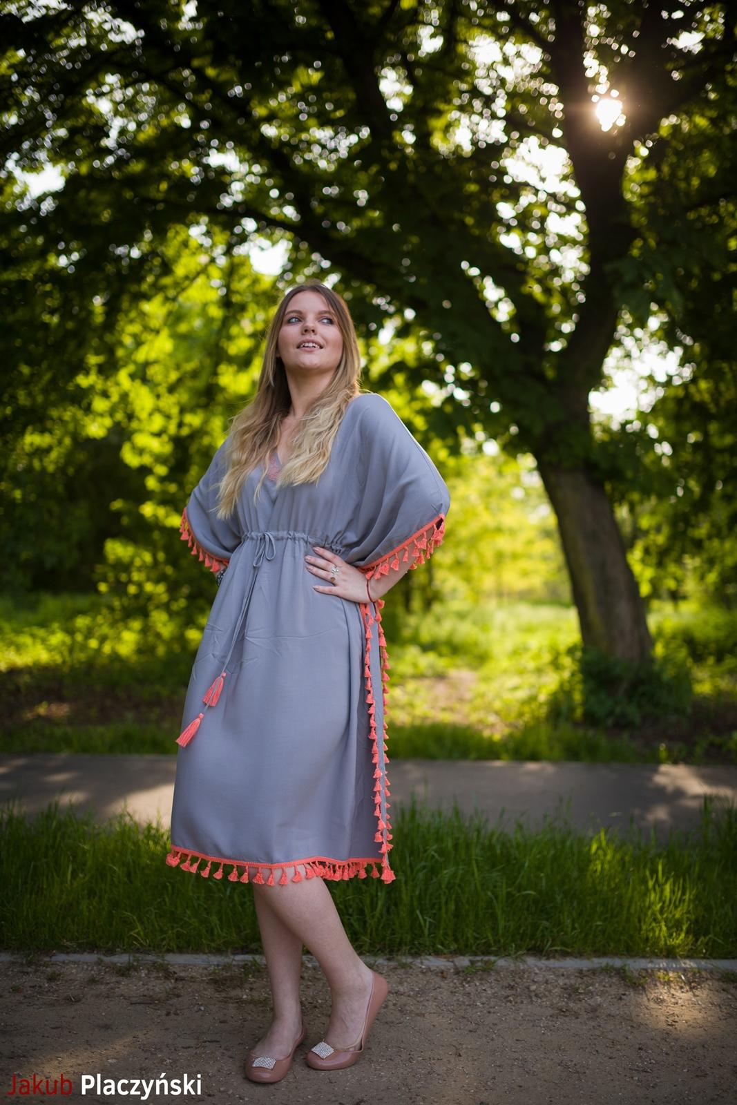 3 sukienka szara z frędzlami maxi na lato bonprix sukienki na wakacje bizuteria piotrowski kryształy svarowskiego letnia stylizacja melodylaniella sukienka dla wysokiej dziewczyny fashion moda