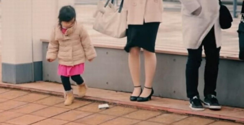شاهد بالفيديو.. رد فعل أطفال اليابان عند سقوط محفظة نقود أمامهم .. سيصدمكم ردة فعلهم !!