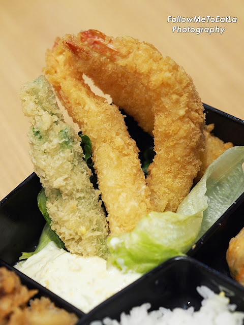 The Seafood Bento basically consists of deep fried salmon, squid, prawns and long beans.