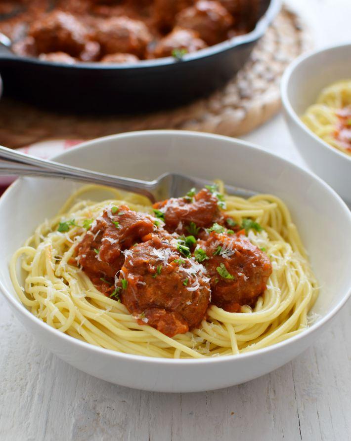 Albóndigas con salsa de tomate servidas con espaguetis