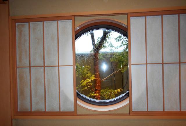 部屋の瀟洒な窓から見える外
