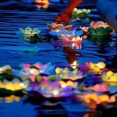 Decoración de velas para bodas con formas de flores