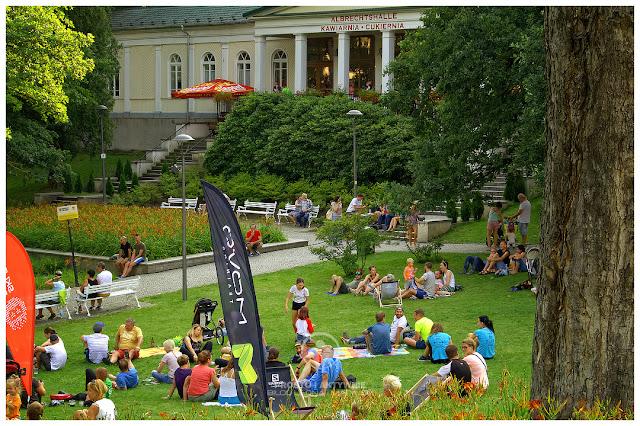 Wspomniana w tekście Albrechtshalle i piknikowa atmosfera - zdjęcie z soboty, gdy pogoda już się poprawiła