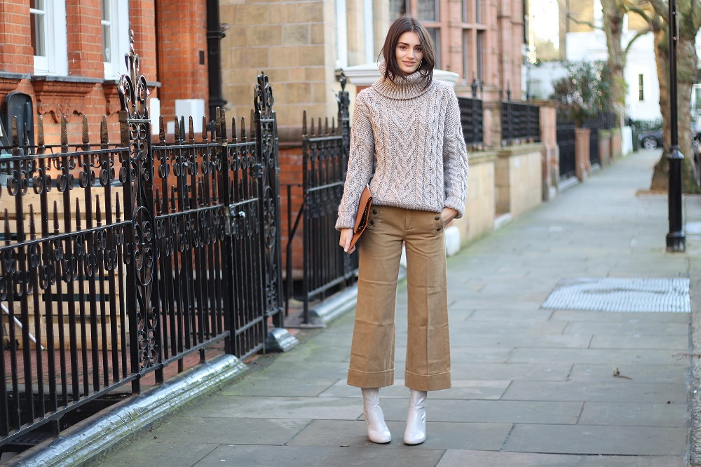 neutral outfit worn by peexo in winter