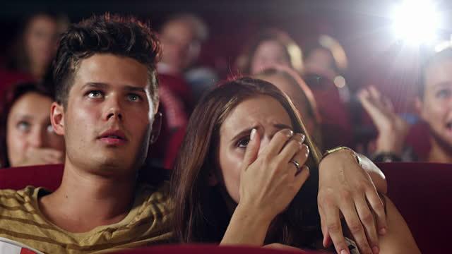 Inilah 5 Alasan Cowok Sering Ngajak Cewek Ke Bioskop Saat Pacaran