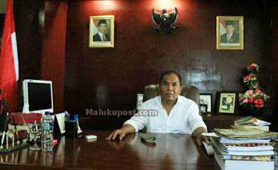 "Saumlaki, Malukupost.com - Bupati Maluku Tenggara Barat (MTB), Bitsael S. Temmar mengajak seluruh ASN (aparatur sipil negara) di lingkup pemerintah kabupaten itu untuk menunjukkan sikap kerelawanan dalam menjalankan tugas-tugas pemerintahan. ""Semangat rela berkorban hingga menyerahkan nyawa adalah sikap mulia yang ditinggalkan para pahlawan bagi penerus bangsa ini. Kerelaan berkorban ialah kerja emansipatoris, kerja pembebasan,"" katanya kepada wartawan, usai memimpin upacara peringatan Hari Pahlawan di Saumlaki, ibu kota MTB, Kamis (10/11). Tugas memimpin upacara peringatan Hari Pahlawan 10 November 2016 itu menjadi yang terakhir dilakukan Bitsael sebagai kepala daerah MTB, karena masa tugasnya sebagai bupati untuk periode kedua akan berakhir pada April 2017."