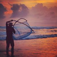 foto nelayan di pantai parngtritis saat sunset'