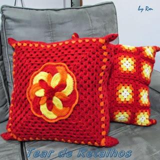 Almofadas vermelhas de crochê, para aquecer o ambiente.