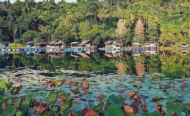 Xvlor.com Lake Ngade is dramatic freshwater volcanic pool on the iconic coast