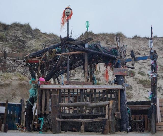 Die Lökken Beachbar: Die coolste Bar der Jammerbucht. Die Lökken Beachbar ist ein ganz besonderer Ort in der dänischen Jammerbucht: Ein phantasievolles Kunstwerk, ein Mahnmal gegen den Müll im Meer und der chilligste Platz für den Sonnenuntergang überhaupt. Auf Küstenkidsunterwegs zeige ich Euch, wo Ihr sie findet und was es damit auf sich hat.