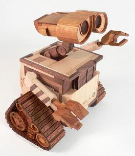 Wall-e esculpido en madera