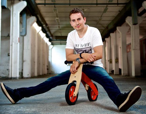 berita motogp Lorenzo tak pernah mimpi jadi pembalap mobil, kerena dulu Dia miskin