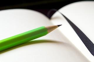 lápiz verde y bloc