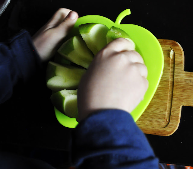 Pixelillo sacando los gajos de manzana