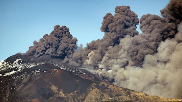 Bukan Hanya Gunung Anak Krakatau, Gunung Tertinggi di Italia Juga Erupsi
