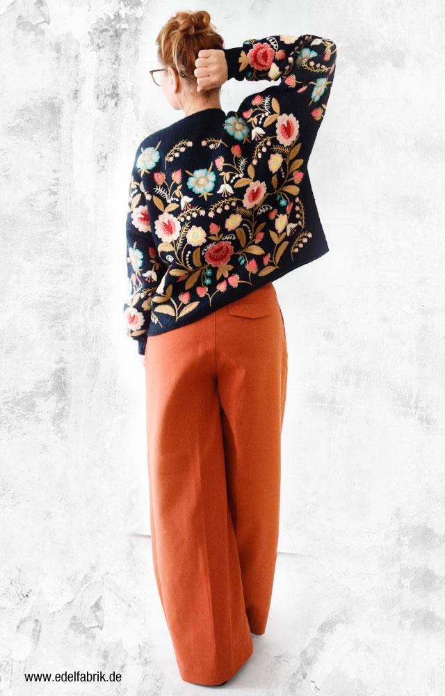 Rückenansicht des Strickpullover mit Blumenstickerei von Zara