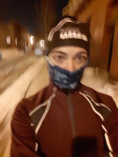 Coureuse urbaine, photo floue, l'hiver