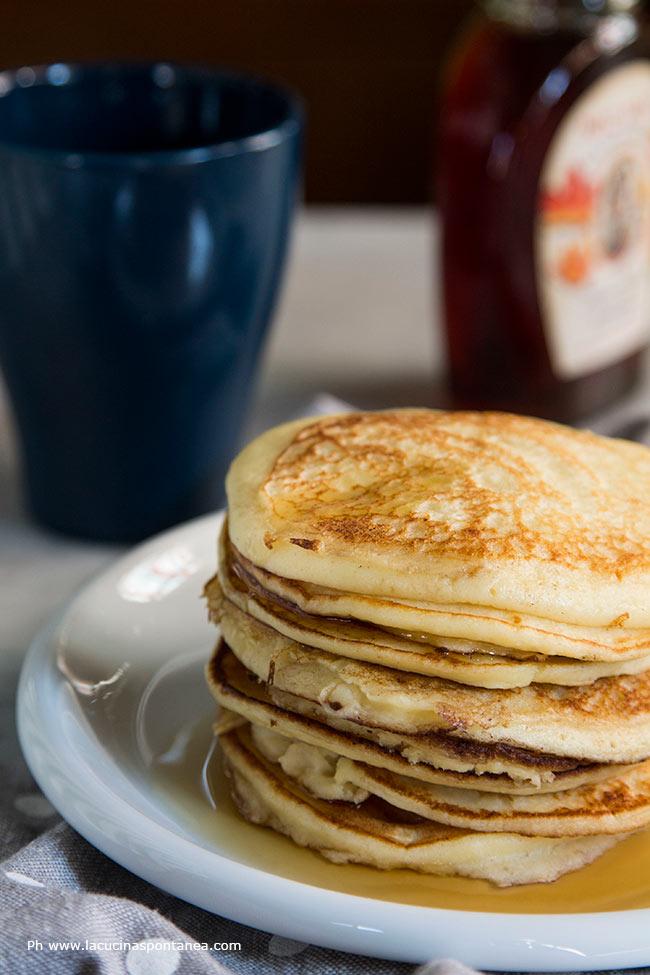Foto con i pancakes alla ricotta in primo piano