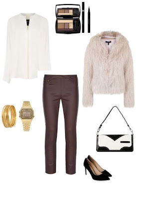 Look para sair com calças skinny bordeaux, pumps pretos, mala de ombro preta e branca, camisa branca e casaco de pêlo bege