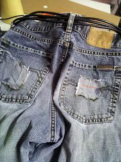 Pantalon Jean et Cuir post apocalyptique détails des poches et recouture des poches en jean