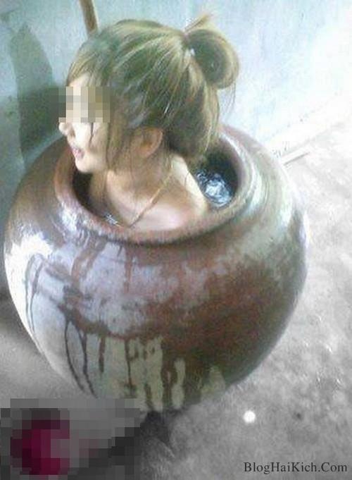 Nữ sinh tắm trong ảng nước